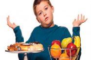 العادات التي يجب أن تتبعها الأم في تناول طفلها طعام صحي